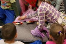 Lapsia Arjen sankarit -hankkeen työpajassa, kuva Sisko Vähämäki