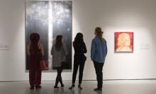 Asiakkaita Jyväskylän taidemuseossa