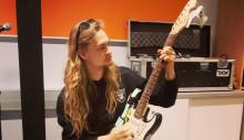 Jyväskylän Veturitallien Instagram-livessä tänään perjantaina 8.5. lead-kitaroinnin alkeita - kuvassa Elias Suhonen