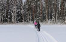 Kaksi hiihtäjää järven jäällä