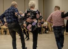 Hopeatanssien tanssipareja Minnansalissa