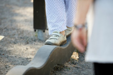 Jalat tasapainoa harjoittavassa laitteessa