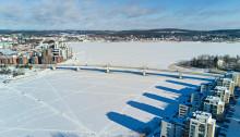 Ilmassa jäätyneen Jyväsjäven päällä