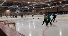 Tikkakosken jäähallissa koululaiset luistelevat liikuntatunneilla.