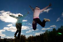 Lapset hyppäävät korkealle.