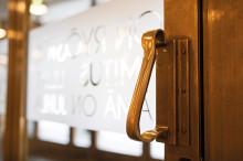 Jyväskylän kaupunginteatterin pääsisäänkäynnin ovi