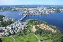 Viistoon kuvattu ilmakuva Jyväskylän Suuruspäästä Lutakon ja keskustan suuntaan