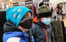 Kaksi poikaa maskit kasvoillaan.