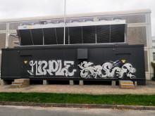Kilpajäähallin kylmäkontti sotkettu graffitein