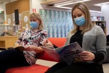 Kirjoja voi tutkia turvallisesti kasvomaskit naamalla ja turvaväleistä huolehtien.
