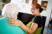 Hoitaja ja vanhus, hoitajan käsi vanhuksen hartella