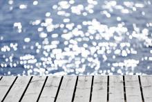 Laituri ja kimmeltävää vettä