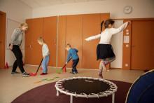Lapset liikkumassa aikuisen kanssa