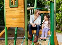 Puistoissa Martta ja Anni tarkkailevat luontoa ja nauttivat ulkoilmasta.