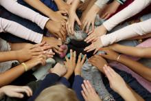 Lasten kädet ja jalat yhdessä piirissä