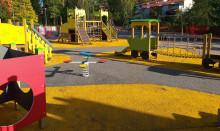 Yrttisuon perhepuiston leikkivälineitä