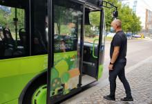 Kasvomaskia käyttävä mies menossa Linkki-linja-autoon