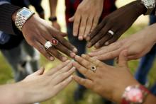 Erilaiset kädet yhdessä