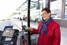 Matkustaja maksaa matkakortilla paikallisliikenteen linja-autossa