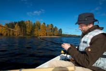 Mies kalastamassa järvellä