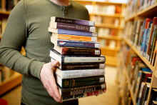 Mies kantaa kirjoja