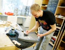 Mies kitaranrakennuskurssilla Jyväskylän kansalaisopistossa