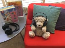 Nalle kuuntelee musiikkia pääkirjastolla