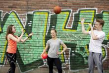 Nuoret heittelee palloa ulkona