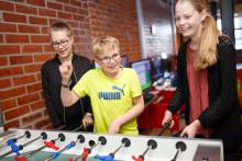 Nuoret pelaavat pöytäfutista Veturitalleilla