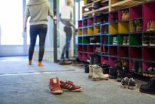 Nuorten taidetyöpajan eteisen kenkähylly