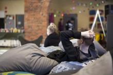 Nuorten taidetyöpajan nuoret rentoutuvat säkkituolien seassa