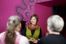Päivi Ollikainen opastaa ryhmää museon perusnäyttelyyn.