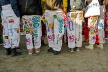 Opiskelijat käyttävät tapahtumissa haalarimerkein koristeltuja haalareita