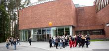 Opiskelijat ovat kokoontuneet Jyväskylän yliopiston päärakennuksen eteen.