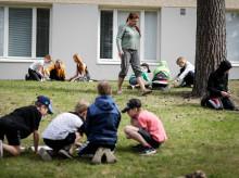 Kypärämäen koulun 5A-luokan oppilaat siirtyivät koulun pihalle havainnollistamaan ympäristöopin sisältöjä.