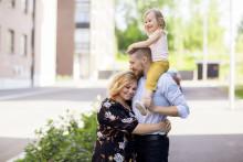 Perhe halaa kauniina kesäpäivänä.