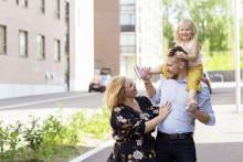 Perhe kävelyllä Kankaalla
