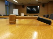 Puheenjohtajan kokousnuija kaupungintalon kokoushuoneessa