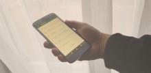 Nuorisopalvelujen työntekijöiden puhelinnumerot - kuvassa kädessä oleva puhelin