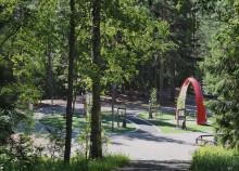 Näkymä Pupuhuhdan toimintapuistoon, vehreä ympäristö ja moderni puisto