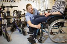 Asiakkaan pyörätuolia asennetaan apuvälinepalvelussa