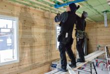 Rakennustyömiehet tekevät sisäkattoa