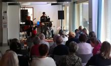 Yleisö kuuntelemassa Rosters-yhtyettä Piippurannan Klubilla