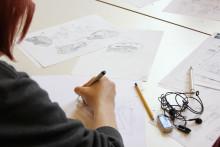 Nuori piirtää sarjakuvaleirillä Veturitalleilla