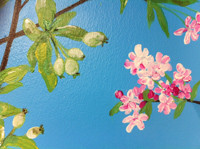 Seinämaalauksessa omenan kukkia ja raakileita