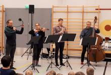 Jyväskylä Sinfonian muusikoita soittamassa Orkesteri kylässä -hankkeen vierailulla Huopanan koululla Kannonkoskella