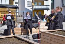 Jyväskylä Sinfonia soittamassa korona-aikana Sampoharjun ryhmäkodin pihassa