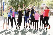 Tytöt hyppäävät ilmaan ryhmässä ja nauravat