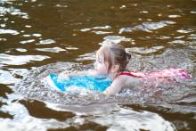 Tyttö uimassa uimarannalla