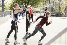 tyttöjä liikuntatunnilla juoksemaan lähtemässä